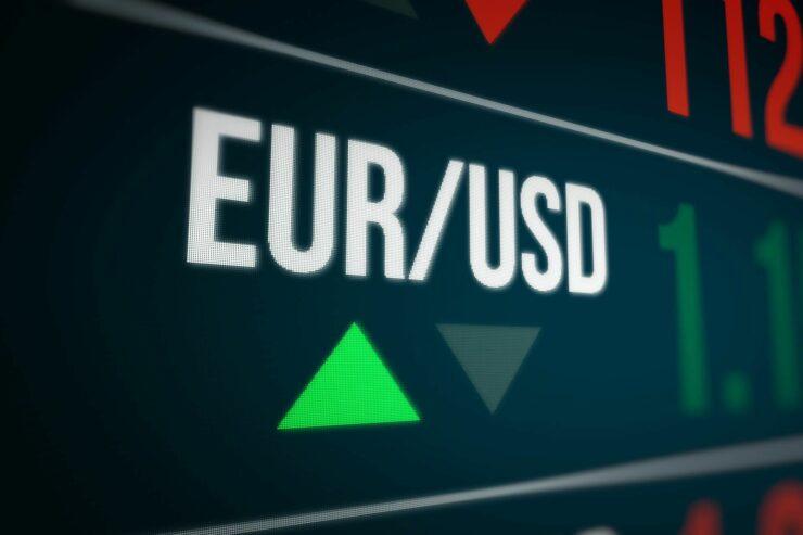 Analiză: Importurile, deficitul comercial şi economia internă pot duce euro la 4,90 lei în